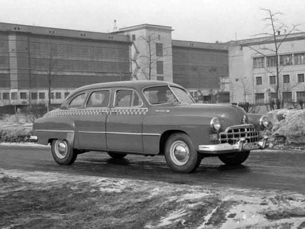 Сзади автомобиля ГАЗ-12 ЗиМ - Кузовной корпус. Справа - трёхэтажное здание, в котором раньше располагалось КЭО, а позже и до последних времён в этом здании располагался ЦСЛА - цех сборки легковых автомобилей.