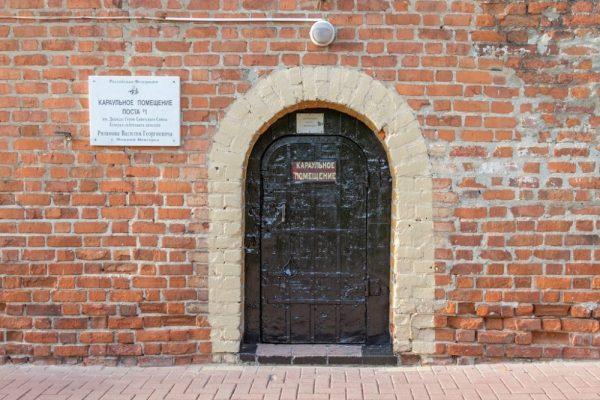 Дверь в караульное помещение