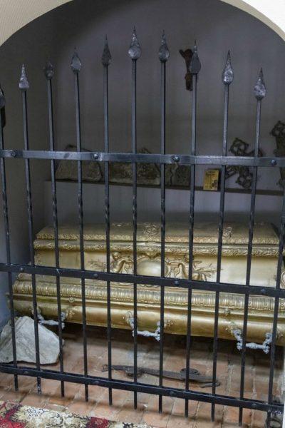 Один из старинных гробов, найденный в ходе восстановительных работ на территории монастыря