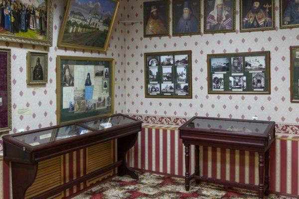 Портреты настоятелей Печерского монастыря и старые фотографии монастыря