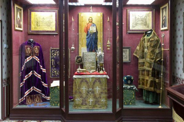 Витрина, посвящённая епископам Макарию (Миролюбову) и Димитрию (Самбикину)