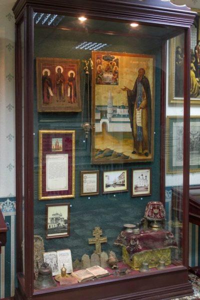 Витрина, посвящённая ученикам св. преп. Дионисия — Макарию Желтоводскому и Евфимию Суздальскому