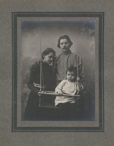 А. М. Горький с женой и сыном г. Нижний Новгород Фото М. П. Дмитриев. 1900 г.