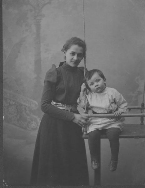 Е. П. Пешкова, жена А. М. Горького, с сыном Максимом г. Нижний Новгород Фото М. П. Дмитриев 1900 г.