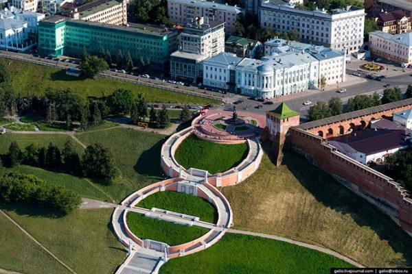 Чкаловская лестница. Соединяет площадь Минина и Пожарского и набережную р. Волги. Лестница построена в виде восьмёрки и состоит из 560 ступеней, если считать обе стороны «восьмёрки». Изначально Чкаловская лестница называлась Сталинградской, так как была заложена в честь победы в Сталинградской битве в 1943 году и строилась в том числе и силами пленных немцев.