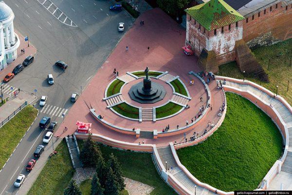 Памятник советскому лётчику-испытателю В. П. Чкалову.