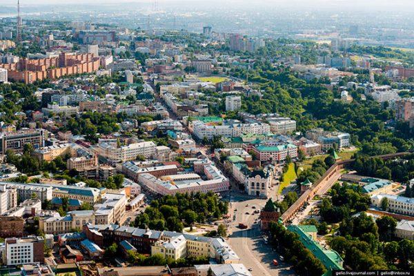 Большая Покровская — одна из самых старинных улиц в Нижнем Новгороде и до 1917 года считалась дворянской. Свое название Большая Покровская улица получила по некогда стоящей на ней Покровской церкви. В советские годы она носила имя Свердлова, который здесь родился.