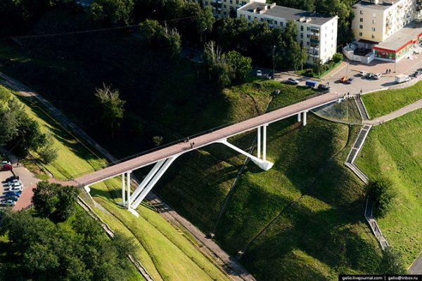 Пешеходный мост через Успенский овраг.
