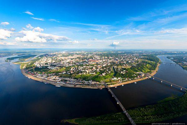 Протяжённость города вдоль Оки — 20 км, вдоль Волги — около 30 км. Всего в Нижнем Новгороде построено 6 мостов через Оку. Из них 4 моста соединяют верхнюю и нижнюю части города.