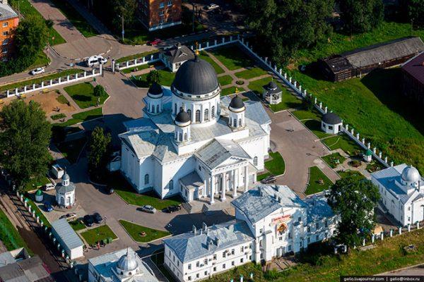 Староярмарочный собор. Построен в 1822 году по проекту А.А.Бетанкура. Фасады разрабатывал Огюст Монферран, создатель Исаакиевского собора в Санкт-Петербурге.