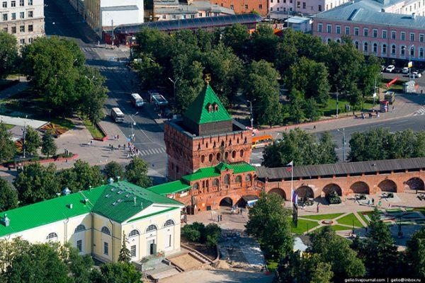 Дмитриевская башня — главная башня и главные ворота Нижегородского кремля. Является неофициальным символом Нижнего Новгорода.