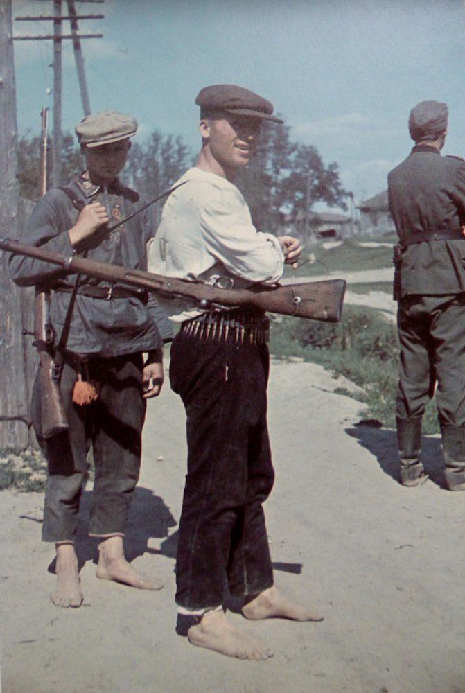 Украинские полицаи и немецкий солдат в оккупированном селе. Фотография сделана в оперативном секторе немецкой 6-й армии. 1941 год: