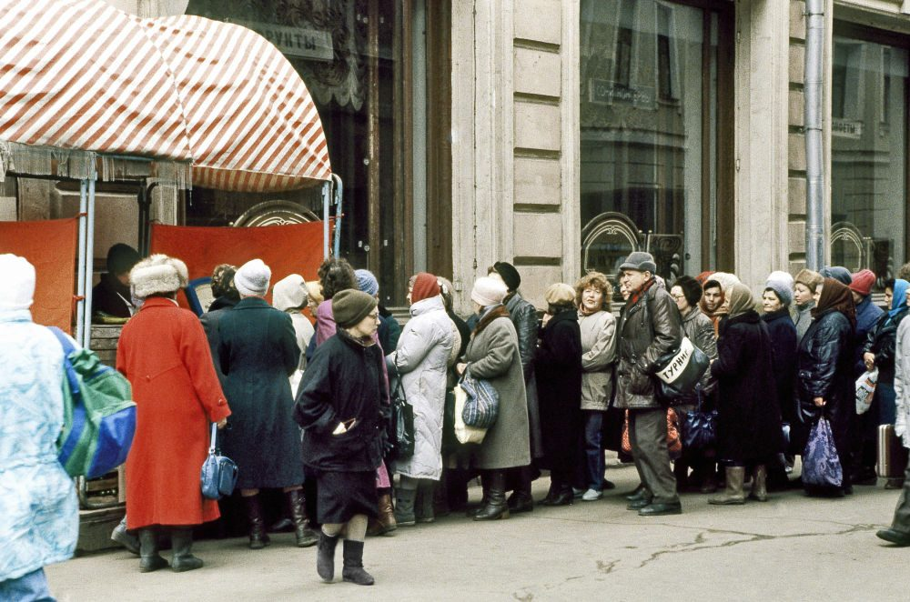 1991. Очередь у магазина в Москве 2 апреля