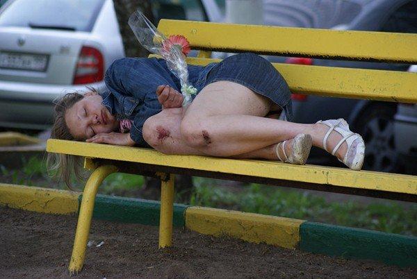 На скамейке женщина пьяная