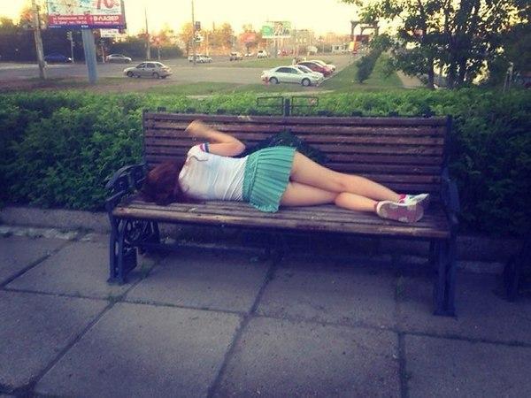 Пьяная женщина на скамейке