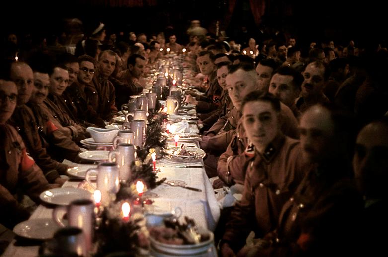 Невероятно, но фашисты тоже отмечали Рождество. Рождественская вечеринка для партактива НСДАП, декабрь 1941-го: