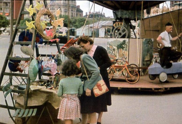 Ярмарка в квартале Насьон, Париж, 1941: