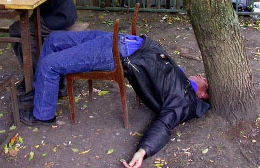 Во сне падает пьяный человек