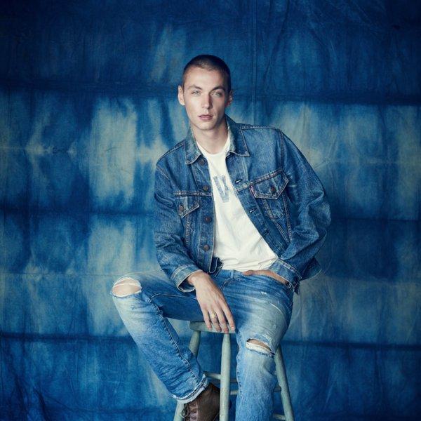 Заведи любимую…  Любимую джинсовку! Сейчас как раз подходящее время для того, чтобы эта стильная штучка стала твоей.