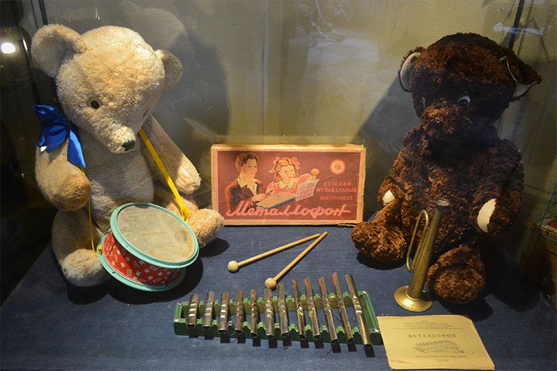 Выставка детских музыкальных инструментов времён СССР