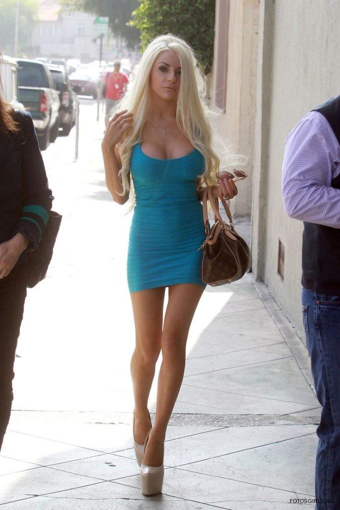 то, что блондинки в коротком юбке пришла