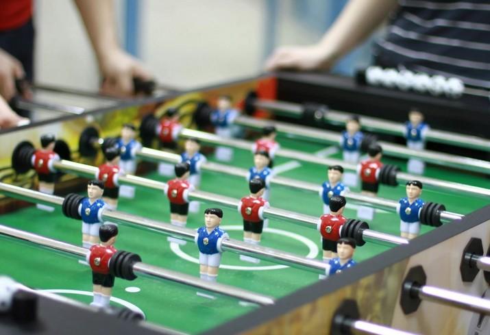 Фрик-турнир по настольному футболу «Мяч в шкафу»!