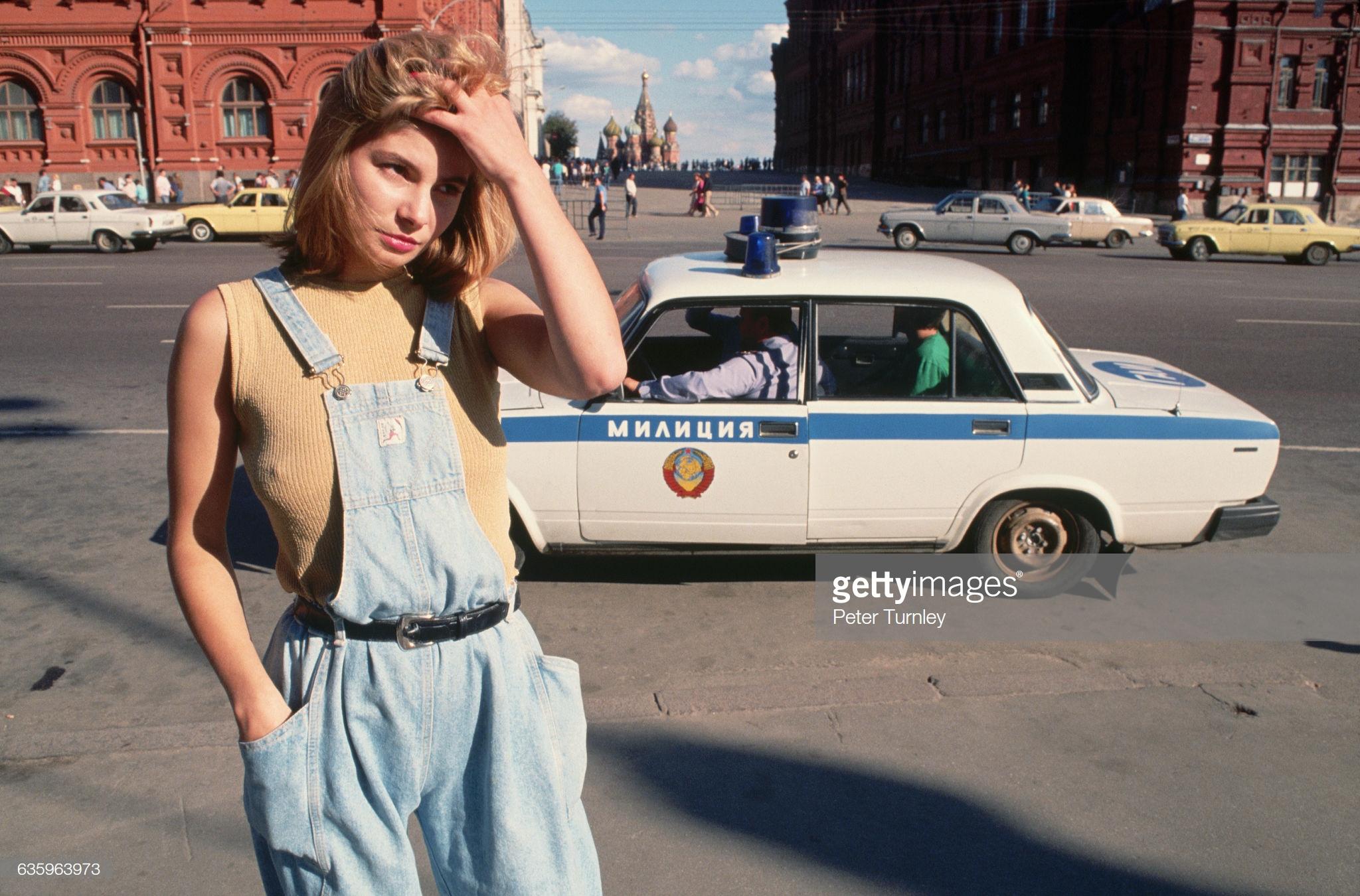 15. Проститутка Катя, 18 лет, стоит рядом с милицейской машиной на улице возле Красной площади