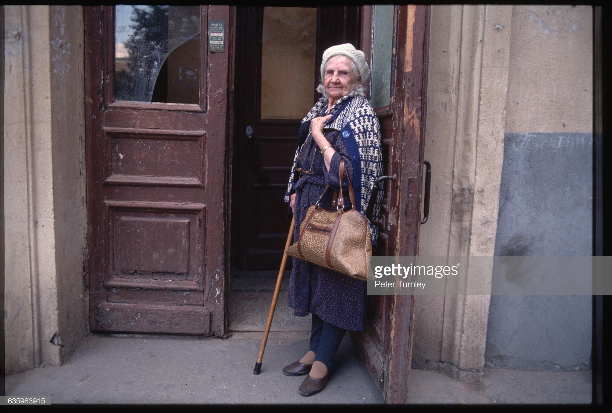 18. Пожилая москвичка у подъезда своего дома
