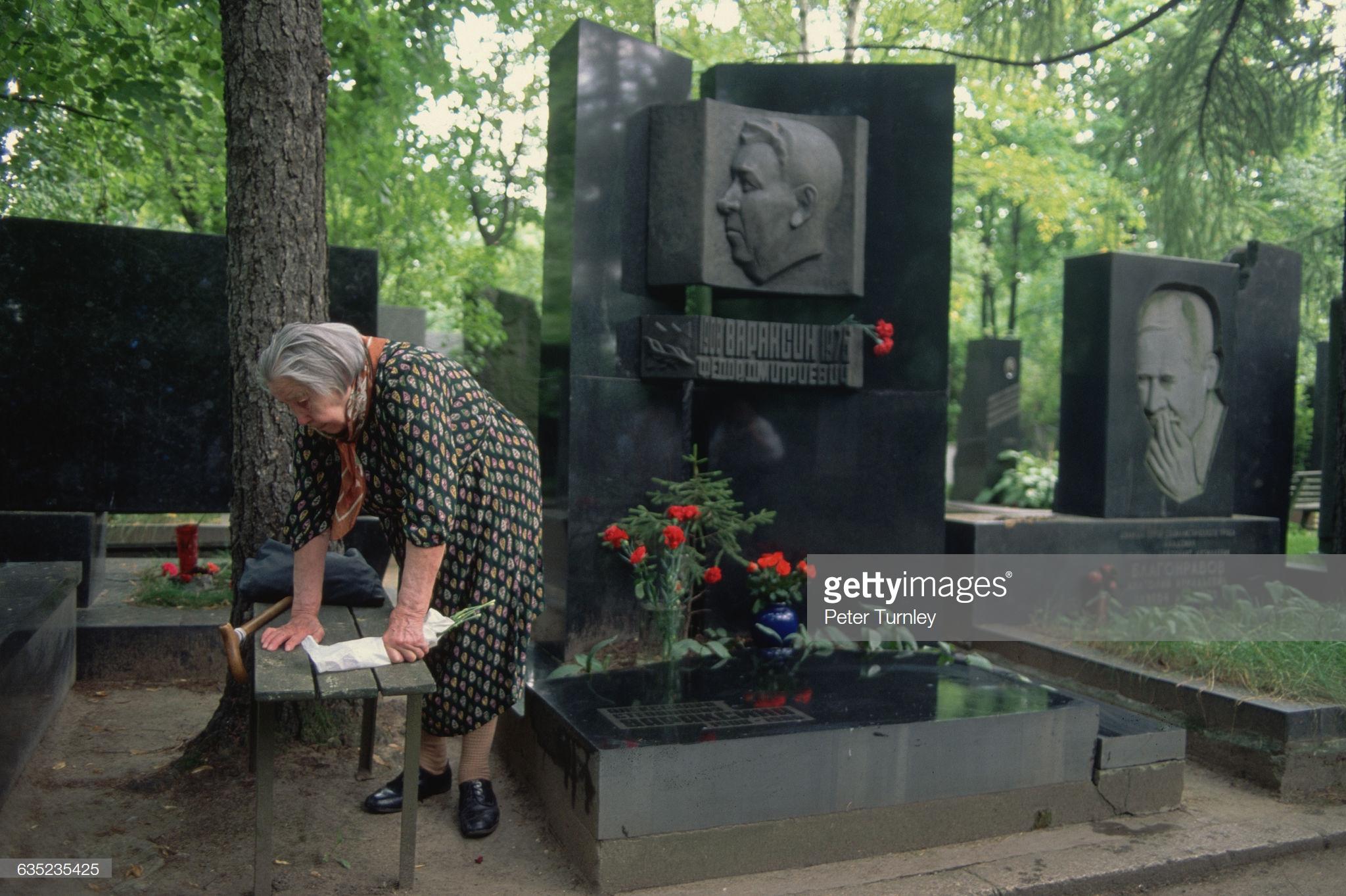 30. Женщина на Новодевичьем кладбище