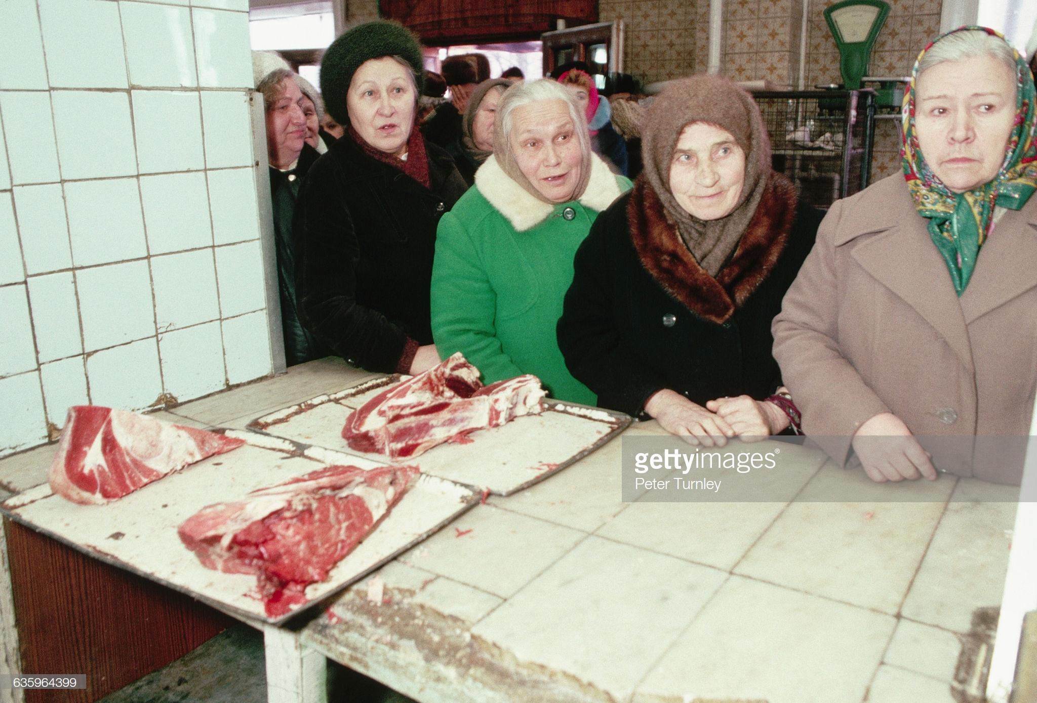 31. Пожилые москвички в очереди за мясом