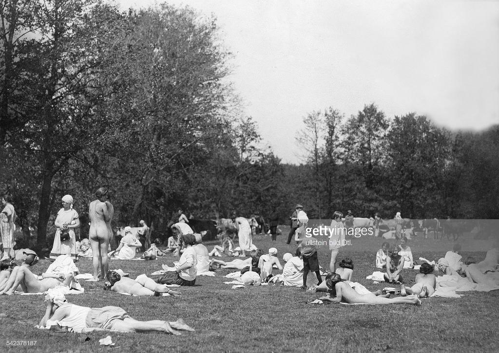 1926. Москвички загорают на лугу за пределами города