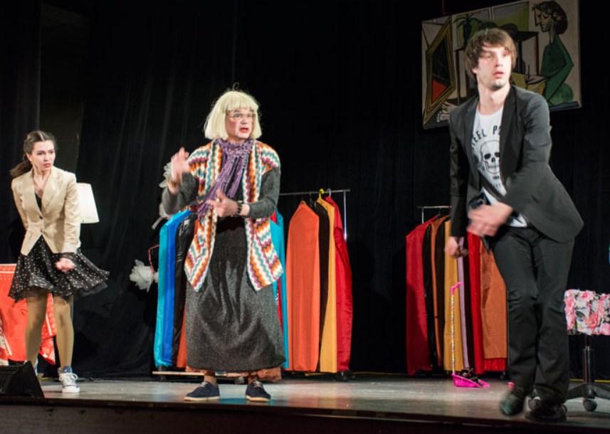 экспозиция фоторабот о театре Георгия Ахадова.