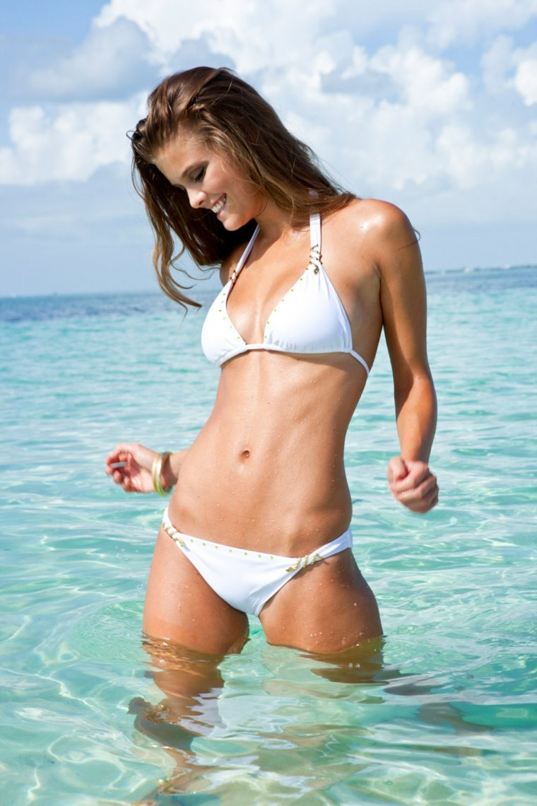 девушки в белых купальниках на пляже здоровенные