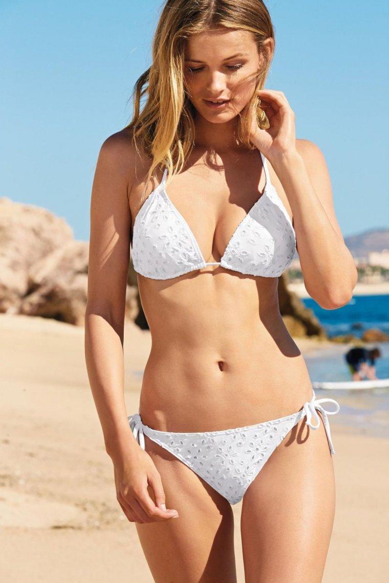 думал девушки в белых купальниках на пляже сайте присутствует