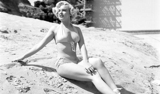 Просто кайф! 40 соблазнительных фотографий Мэрилин Монро в бикини и купальнике с 1940-х по 1960-е годы