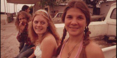 В 1970-х годах недавно созданное Агентство по охране окружающей среды поручило почти 100 фотографам документировать экологические проблемы по всей стране. Марк Сент-Гил был назначен для записи изображений, связанных с кризисом загрязнения воды и воздуха в районе Хьюстона, штат Техас. Во время фотографирования в кедровых лесах Лэнки, штат Техас, он наткнулся на нескольких молодых людей, наслаждающихся природой — и немного марихуаны. Вместо того, чтобы арестовать их, Сент-Гил захватил несколько очень откровенных снимков курильщиков марихуаны.